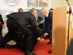 Incidente per Berlusconi durante il comizio, inciampa sul palco e cade